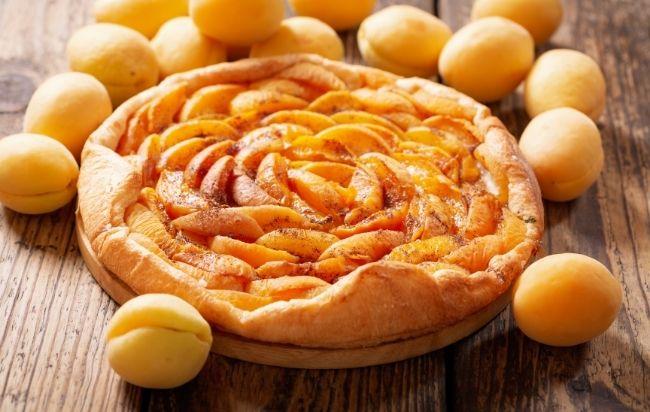 Tarte aux abricots avec une pâte sablée