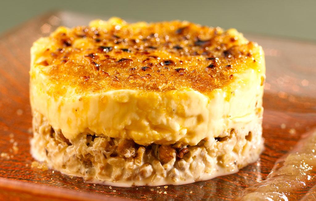 Gâteau aux noix de Grenoble, crème légère, coulis d'endive